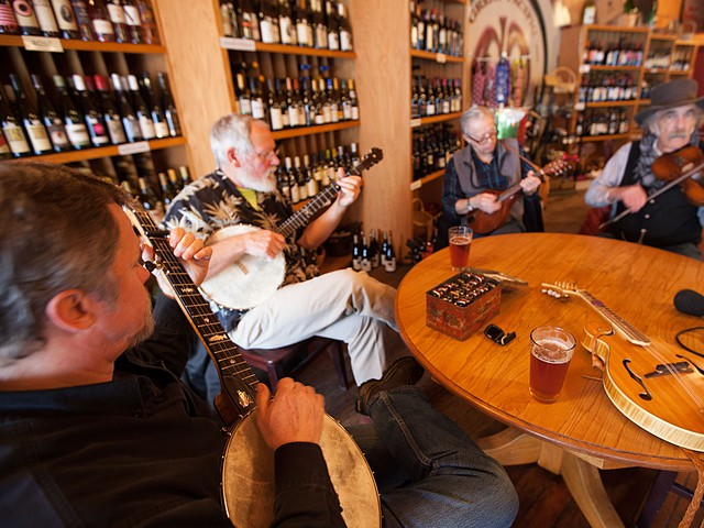 Banjo luthier Verne Marr and fellow pickers at the Great Pacific in Pendleton, OR