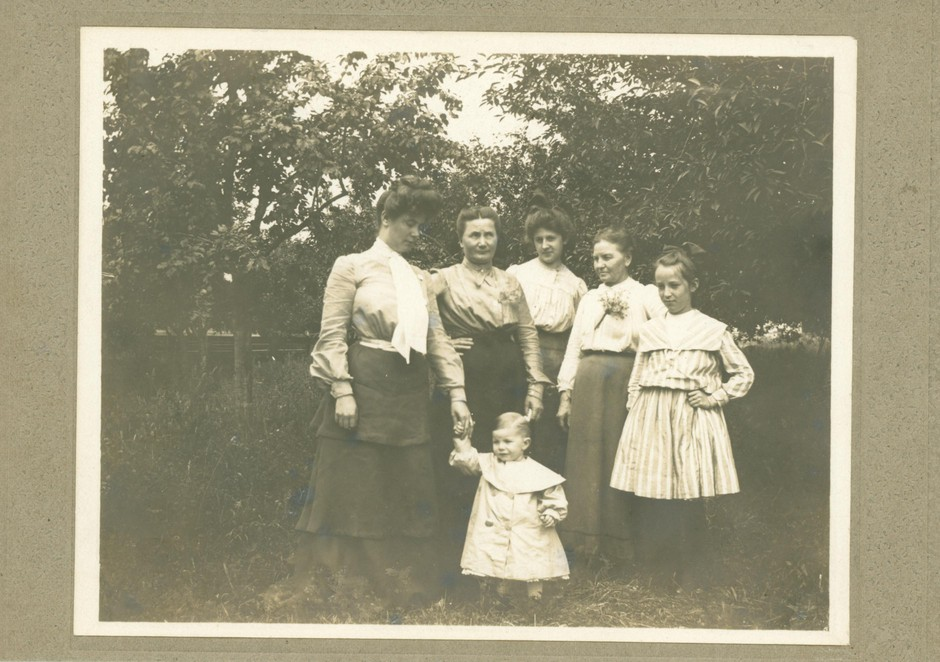 A young Carrie B. Shelton, back row center, poses with the Guiss family of Salem in this undated photo. Shelton boarded with one of the members of the Guiss family during her time in Salem.